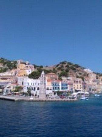 Gialos, Greece: Судно причалит к южной части острова Сими, в бухте Панормитис, где стоит впечатляющий монастырь