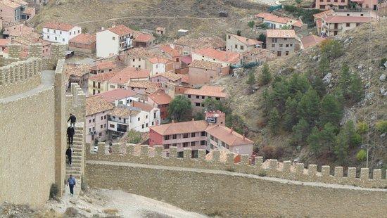 Hotel Dona Blanca: Vue de l'hôtel depuis les murailles du Castillo