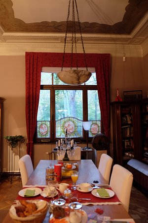 Koekelberg, Belgia: Beautifully set breakfast in the main dining room, views of the park of Basilica of the Sacred H
