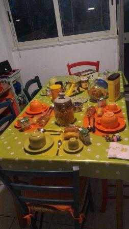B&B In Centro: Camera e tavolo della colazione