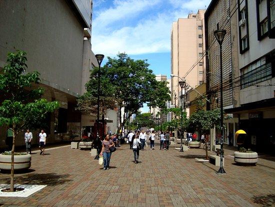 Londrina, PR: Vista geral do Calçadão da Avenida Paraná.