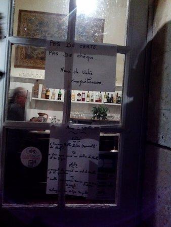 Chalais, France: Le Menu affiché sur la porte d'entrée