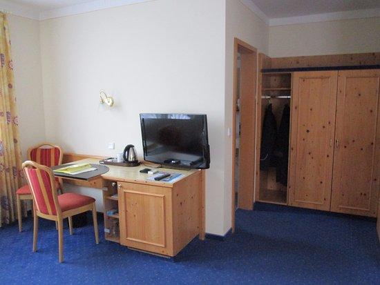 Hotel am See: Schreibtisch und Kleiderschrank
