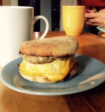 Tantallon, Canadá: Sausage/egg/cheese breakfast sandwich - Bike & Bean