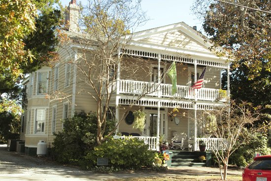 Beaufort, NC: Ann Street view of the Inn. The porches are fantastic at night!