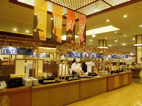 Date, Japón: The spacious restaurant