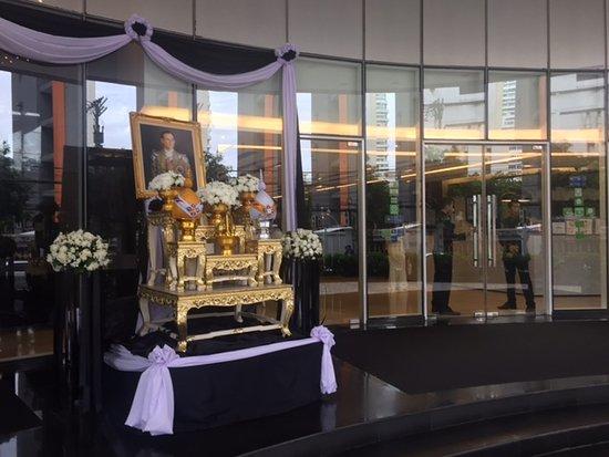 โรงแรม เอส 31 สุุขุมวิท: 玄関には国王の遺影
