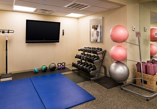 Melville, NY: Fitness Center – Mats/Free Weights