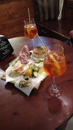 Bacarando In Corte Dell'Orso: Petiscos e Aperol spritz