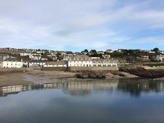 St Mawes, UK: The Hotel from the other side of the Harbour