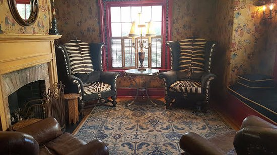 Homestead Inn: Eclectic Sitting Room