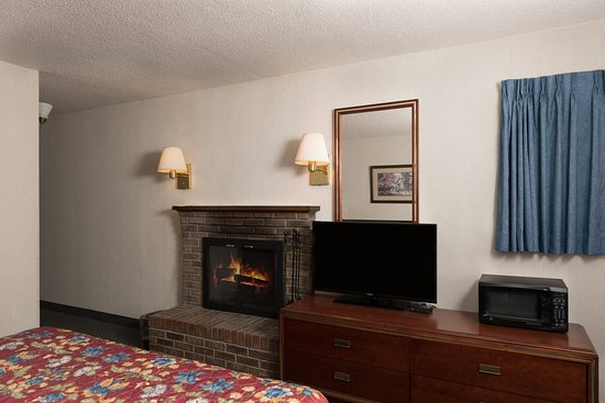 Highland Manor Inn & Conference Center: Queen Suite with  Jacuzzi and Fireplace