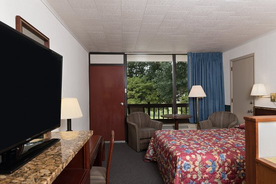 Highland Manor Inn & Conference Center: Queen Suite with Double World Pool