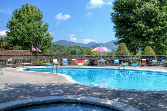 Highland Manor Inn & Conference Center: Pool time, and Kids will love the kiddie pool.