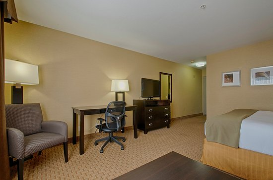 Holiday Inn Express Costa Mesa: Updated guest rooms feature One King Bed