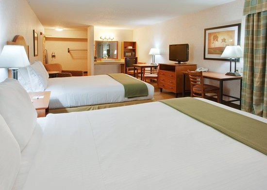 Westley, CA: Our rooms with two queen beds provide ample space