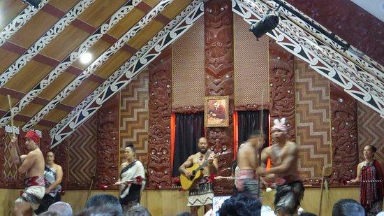 Pohutu Cultural Theatre: Maori dance