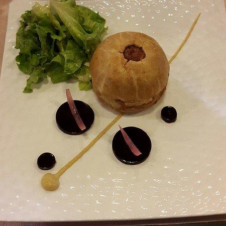Nitry, France: La tourte tiede de cochon a l'andouillette de Chablis