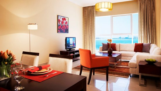 Somerset West Bay: Spacious Living Room