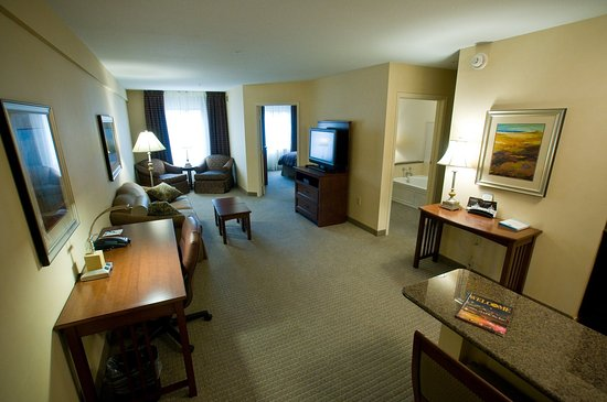 Clarence, NY: One Bedroom King Jacuzzi Suite