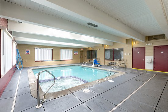 Red Roof Inn & Suites Muskegon Heights: Indoor Pool