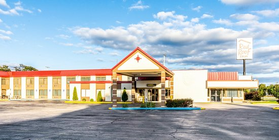 Red Roof Inn & Suites Muskegon Heights: Exterior Entrance
