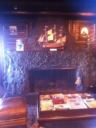 Coupeville, WA: Fireplace at the entrance