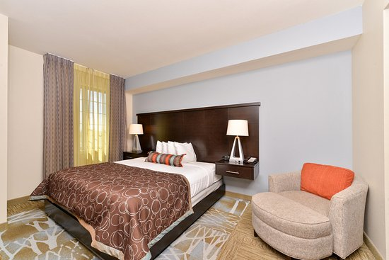 Staybridge Suites Stone Oak: King bed in our 1 bedroom executive suite
