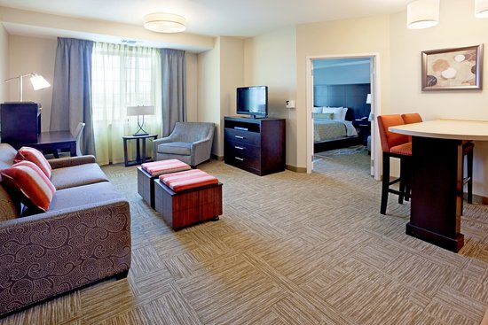 Staybridge Suites Stone Oak: Relax in the spacious living area.