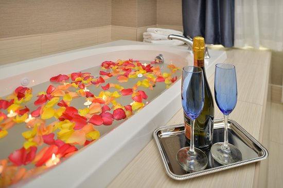 Peekskill, Estado de Nueva York: Jacuzzi tub in Honeymoon Studio Suite