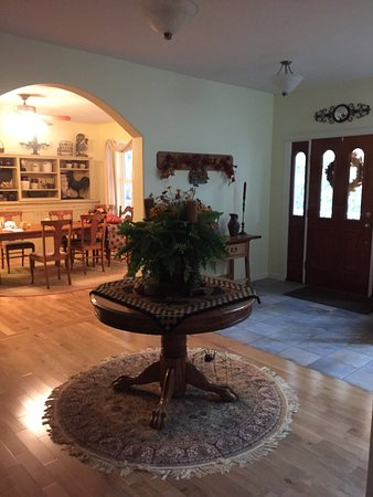 Port Orford, OR: Entrance hall/foyer and the breakfast room.