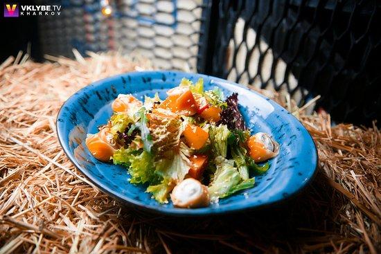 Lavka Gastrobar: Салат с лососем
