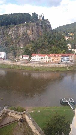 Decin, Czech Republic: Vista de dentro de uma das salas do castelo. Rio de Decín.