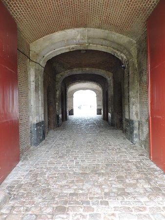Citadel in Arras: L'entrée pavée de la citalle