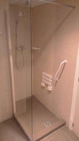 MD Modern - Jardines: el enganche de la ducha obliga a que el agua salga fuera