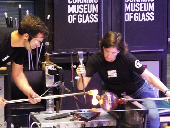 ‪‪Corning‬, نيويورك: Demonstration of glassblowing‬