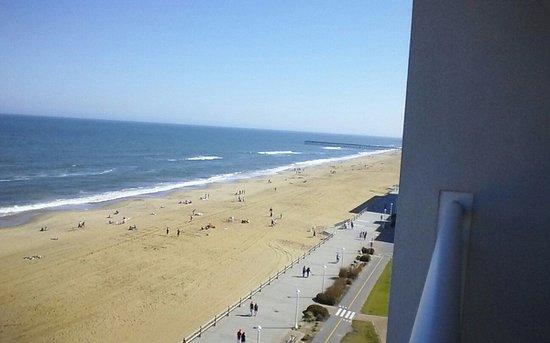 Ocean Sands Resort: Cement boardwalk and clean beaches!