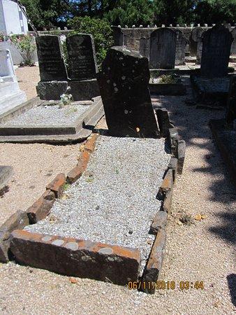 Cementerio Inglés.Tumba ciudadano bulgaro desconocido.Primera del cementerio..Conchillas