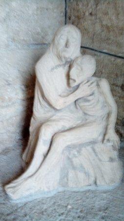 Chiusdino, Italia: Uma Pietá de autor desconhecido na saída da igrejinha
