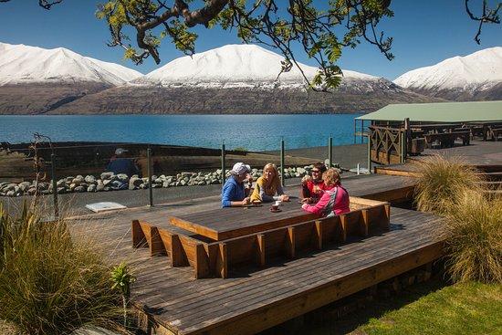 Twizel, Nueva Zelanda: Cyclists enjoying lunch at Lake Ohau Lodge