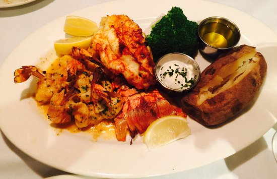 City Island, État de New York : lobster tail overcooked (hard) jumbo shrimp delicious, but also overcooked.