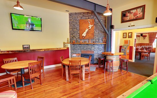 Methven, New Zealand: Brown Pub Fireside Bar - pool table and log fire