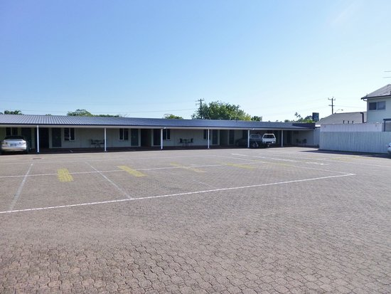 Barrier Reef Motel Innisfail: Rooms and parking