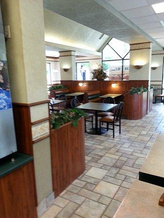 Bellevue, NE: Always Clean Dining Room