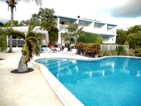 Hotel Amaudo: Piscine de l'hôtel et bâtiment avec chambres.