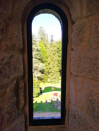 Soutomaior, Spain: Vista de los jardines desde dentro del castillo
