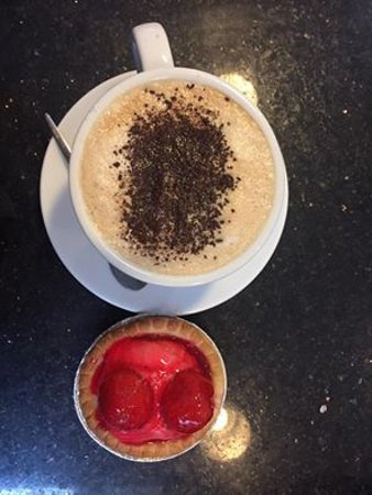 Dumbarton, UK: Our delicious coffee with home baked strawberry tart