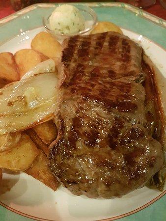 Zur Schlosswache: deutsches Steak mit Chicoree, Kräuterbutter und Kartoffelspalten