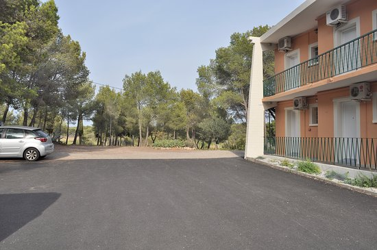 Montagnac, France: Large free car park and end wing of the Hotel