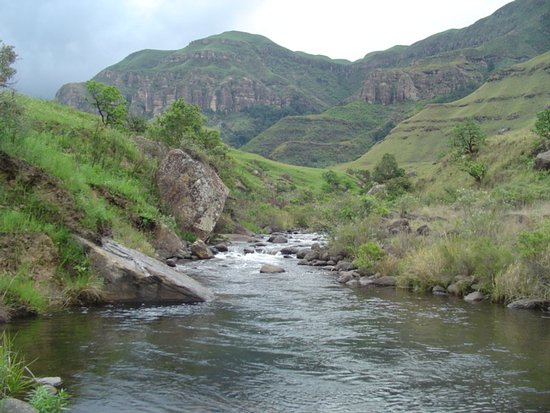 uKhahlamba-Drakensberg Park, Sydafrika: Mountain view along trail.